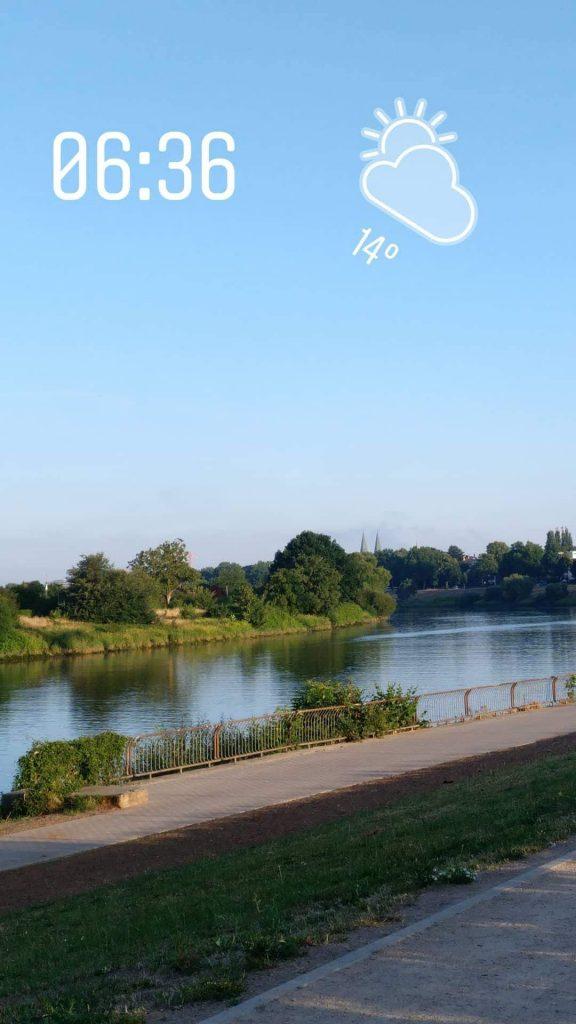 Blick auf die Weser mit den Domtürmen im Hintergrund